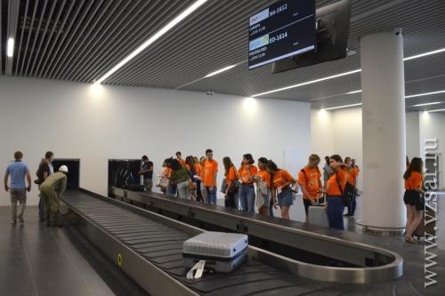 Выдача багажа во время тистеирования аэропорта волонтерами. Фото: vzsar.ru